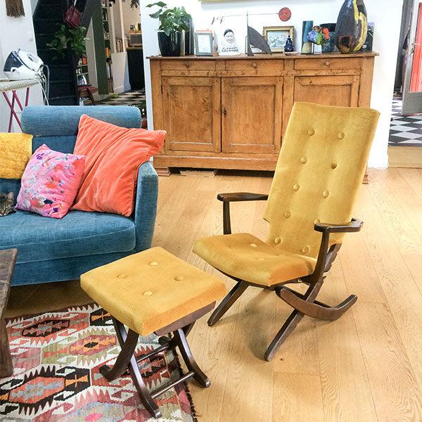 Jolie paire de fauteuils réglables et ottoman jaune moutarde style vintage