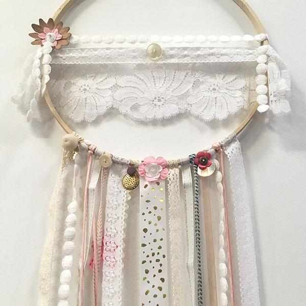 Capsule Attrape rêve de la marque By Madame M Des tons blancs et clairs pour assurer une décoration épurée à une chambre d'enfant idéal pour un cadeau de naissance Eshop By Madame M