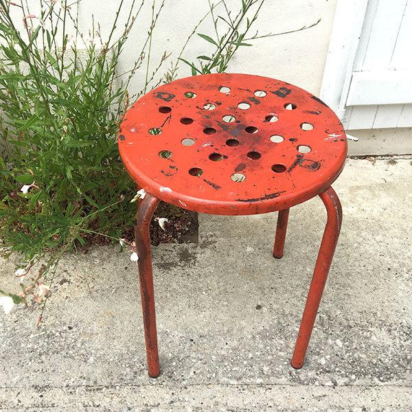 Tabouret d'atelier rouge style vintage chiné par Madame M et à découvrir sur le eshop dans la catégorie s'asseoir